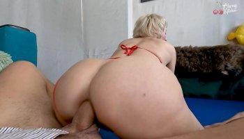 Drei Mädchen Streifen Mann für Sex