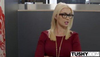 Elaina ist eine Schöne blonde Athletin die von ihrem Lehrer gefickt