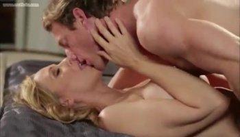 WOW Blonde masturbiert vor der Webcam